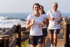 Здоровая семья jogging стоковые изображения