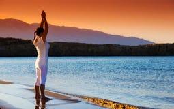 Здоровая середина постарела женщина делая фитнес протягивая outdoors стоковое фото rf
