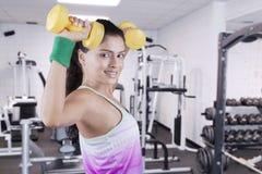 Здоровая тренировка женщины с гантелями на спортзале Стоковое Фото