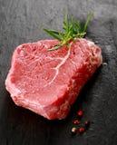 Здоровая часть постного сырого стейка говядины Стоковые Фотографии RF