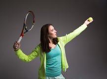 Здоровая sporty девушка с ракеткой и шариком тенниса Стоковое Изображение RF