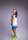 Здоровая sporty девушка с ракеткой и шариком тенниса Стоковая Фотография RF