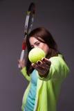 Здоровая sporty девушка с ракеткой и шариком тенниса Стоковые Изображения