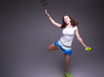 Здоровая sporty девушка с ракеткой и шариком тенниса Стоковое Изображение