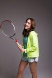 Здоровая sporty девушка с ракеткой тенниса Стоковые Изображения