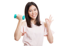Здоровое азиатское О'КЕЙ выставки бизнес-леди с гантелями Стоковое Изображение RF