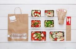 Здоровое взятие еды прочь в коробках, взгляд сверху на древесине стоковые изображения rf