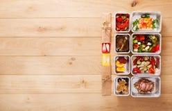 Здоровое взятие еды прочь в коробках, взгляд сверху на древесине Стоковые Фотографии RF