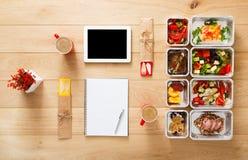 Здоровое взятие еды прочь в коробках, взгляд сверху на древесине Стоковая Фотография RF