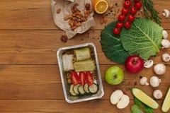 Здоровое взятие еды прочь в коробке, предпосылке на древесине Стоковая Фотография