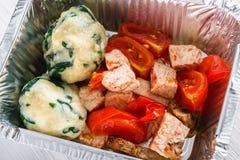 Здоровое взятие еды прочь в крупном плане коробки фольги Стоковые Фото