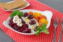 Здоровое легкое для того чтобы сварить завтрак с семенами вареного яйца, томатов бураков свежими, оливок, творога и льна с Стоковые Изображения RF