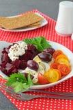 Здоровое легкое для того чтобы сварить завтрак с семенами вареного яйца, томатов бураков свежими, оливок, творога и льна с Стоковая Фотография RF