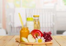 Здоровое детское питание в кухне Стоковые Фото