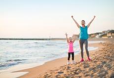 Здоровое ликование матери и ребёнка на пляже стоковое фото rf