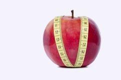 Здоровое красное яблоко и измеряя лента Стоковая Фотография