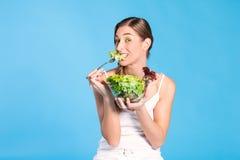 Здоровое питание - молодая женщина с салатом стоковое изображение