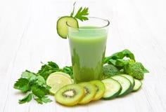 Здоровое питье, зеленый овощ и фруктовый сок Стоковое Изображение