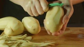 Здоровое приготовление уроков свежих продуктов режа вверх vegetable картошки тыквы в кухне акции видеоматериалы