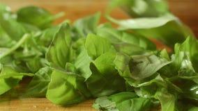 Здоровое свежее зеленое приготовление уроков еды базилика режа вверх в кухне акции видеоматериалы