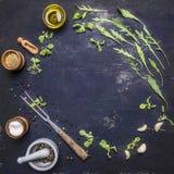 Здоровые вегетарианские еда, травы и овощи выровняли рамку с местом специй для конца u взгляд сверху предпосылки текста деревянно стоковое фото rf
