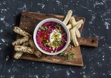 Здоровые вегетарианские ручки хлеба печенья hummus и слойки свеклы на деревянной деревенской доске Стоковые Фото