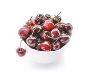 Здоровые вишни в белом шаре Свежие вишни изолированные на белой предпосылке Стоковые Фотографии RF