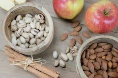 Здоровые гайки, специя и плодоовощ на деревянном столе Стоковое фото RF