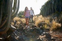 Здоровые девушки взбираясь вниз скалистый путь Стоковая Фотография RF
