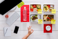 Здоровые ежедневные еды в офисе, взгляд сверху на древесине Стоковое фото RF