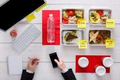 Здоровые ежедневные еды в офисе, взгляд сверху на таблице Стоковая Фотография