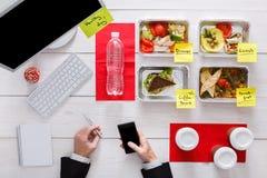 Здоровые ежедневные еды в офисе, взгляд сверху на таблице Стоковые Изображения