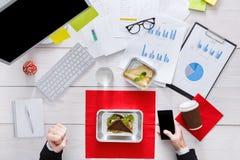 Здоровые ежедневные еды в офисе, взгляд сверху на таблице Стоковая Фотография RF
