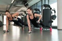 Здоровые женщины делая тренировку с гантелями Стоковая Фотография RF