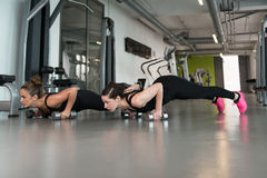 Здоровые женщины делая тренировку с гантелями Стоковое Изображение RF
