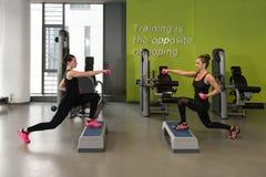 Здоровые женщины делая тренировку с гантелями Стоковое Изображение
