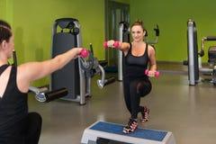 Здоровые женщины делая тренировку с гантелями Стоковая Фотография