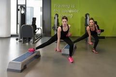 Здоровые женщины делая тренировку с гантелями Стоковые Изображения RF