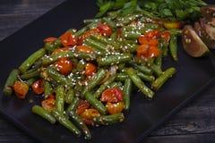 Здоровые зеленые фасоли, красный томат вишни с семенами сезама Стоковые Изображения RF