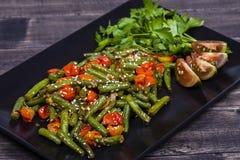Здоровые зеленые фасоли, красный томат вишни с семенами сезама Стоковая Фотография RF