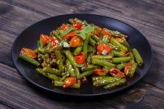 Здоровые зеленые фасоли, красный томат вишни с семенами сезама Стоковое Изображение