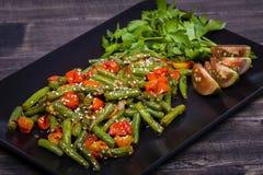 Здоровые зеленые фасоли, красный томат вишни с семенами сезама Стоковое Изображение RF