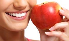 Здоровые зубы и красное яблоко Стоковое Изображение RF