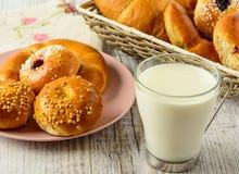 Здоровые ингридиенты завтрака на белом деревянном столе Стоковые Изображения RF
