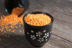 Здоровые красные чечевицы на деревянном столе Стоковая Фотография RF