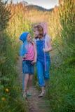 Здоровые маленькие девочки с рыболовными сетями стоковые изображения