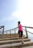 Здоровые ноги женщины образа жизни бежать на каменном stai Стоковые Фотографии RF