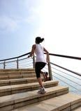 Здоровые ноги женщины образа жизни бежать на каменном stai Стоковое Фото