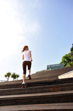 Здоровые ноги женщины образа жизни бежать на каменных лестницах Стоковое фото RF
