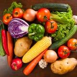 Здоровые овощи на деревянном столе стоковые фото
